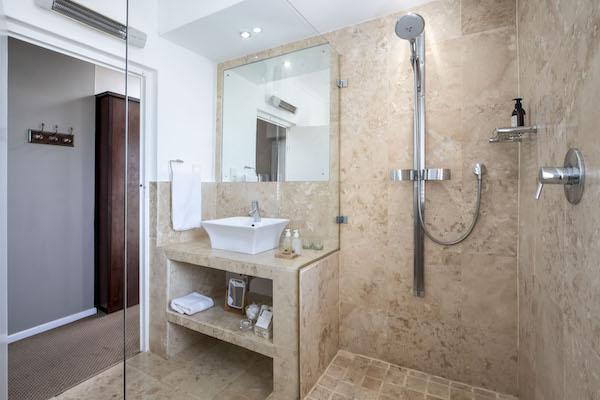 Ensuite bathroom in South Room Cliff Lodge Gansbaai