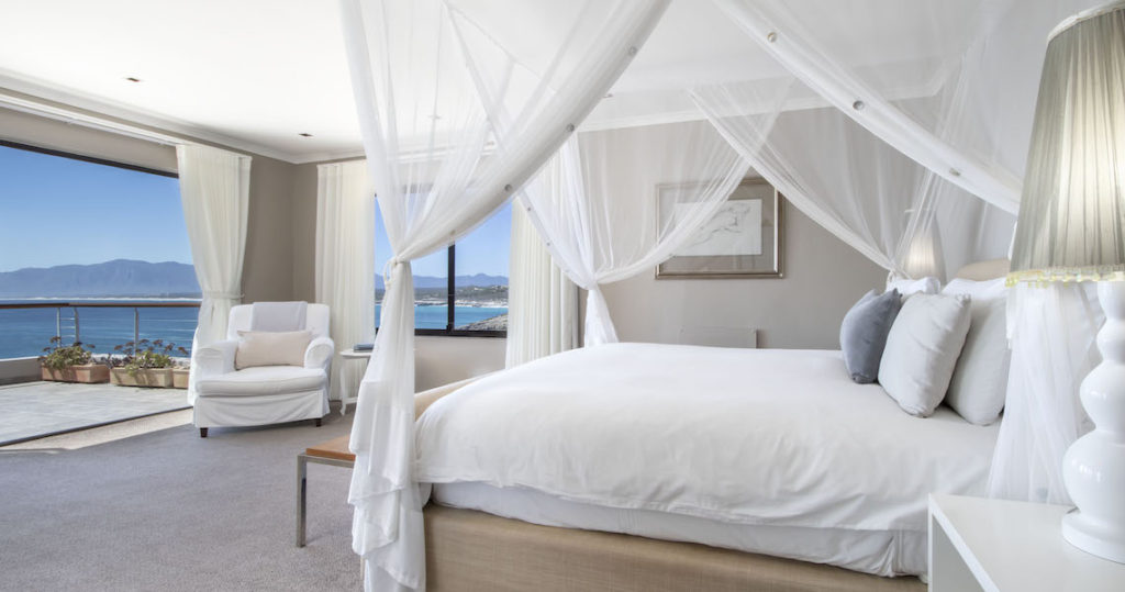 Romantic suite at Cliff Lodge guesthouse Gansbaai