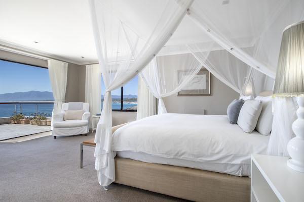 Luxurious suite at Cliff Lodge guesthouse De Kelders